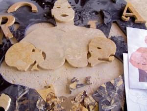 Fasi della lavorazione su marmo del marchio Made in Rome